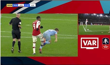 Đá người thay đá bóng, sao Arsenal chấp cả VAR !!